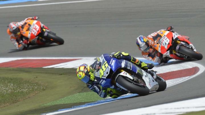 Piloţii din MotoGP îşi încălzesc motoarele înainte de Marele Premiu al Olandei