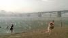 Moment șocant pentru câţiva turişti! O plajă a fost lovită de o furtună cu grindină în una dintre cele mai fierbinţi zile ale verii
