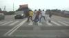 Accident teribil pe o autostradă! Un camion a lovit din plin câţiva pietoni care treceau pe zebră (VIDEO)
