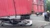 Rămâi încremenit! Un container a căzut peste o mașină în care se aflau 4 pasageri (FOTO)