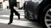 O maşină a poliţiei a lovit o tânără pe trecerea de pietoni (VIDEO)