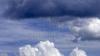 Meteorologii anunţă  ploi de scurtă durată însoţite de descărcări electrice şi intensificări ale vântului