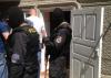 Descinderi cu mascaţi la Băcioi! Doi tineri riscă ani grei de închisoare pentru ceea ce păstrau în casă (VIDEO)