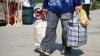 Un tânăr se comporta ciudat în gară. Poliţiştii l-au arestat imediat când au văzut ce are în geantă (VIDEO)