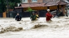 Inundaţiile copleşesc sud-vestul României. Un om a fost luat de viitură