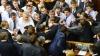 BĂTAIE în Rada Supremă de la Kiev! Partidul Svoboda a cerut deputaţilor să-l expulzeze pe liderul comuniştilor (VIDEO)