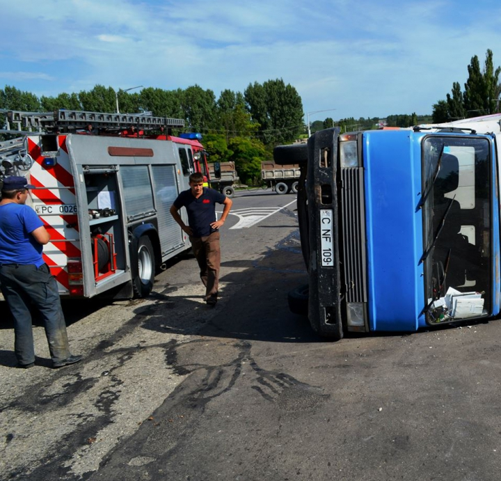 ACCIDENT GRAV lângă Bălţi: Un camion s-a răsturnat după impactul cu un alt vehicul (FOTO/VIDEO)