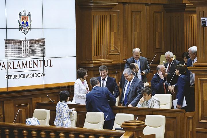 PREMIERĂ ISTORICĂ în Parlament! GALERIE FOTO cu emoţiile deputaţilor în ultima şedinţă a Legislativului din această sesiune