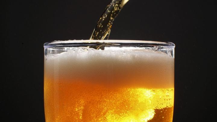 Ai grijă la ce consumi! Berea cu arome conţine ingrediente nu tocmai naturale