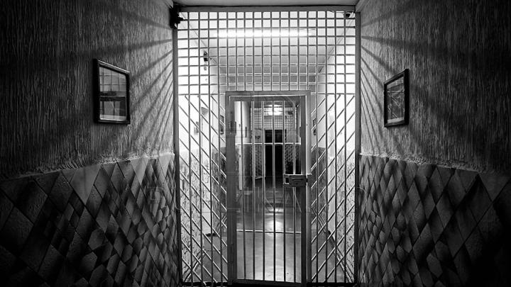 Un angajat al Penitenciarului din Bălţi, cercetat penal din cauza obiectelor pe care le purta în încălţăminte (FOTO)