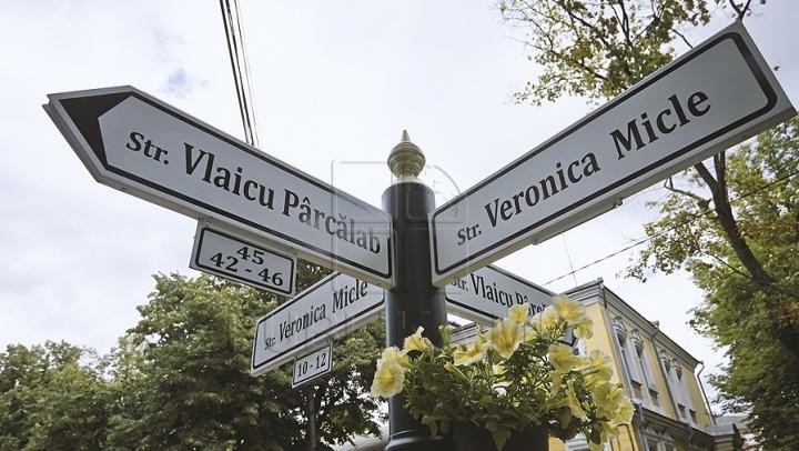 Primul stâlp cu indicatoare de tip nou din Chişinău a fost vandalizat (FOTO)