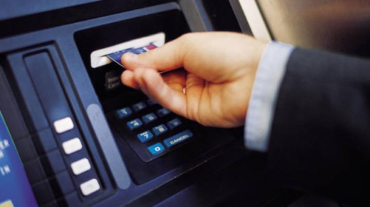 Cum arată noile dispozitive de tip Skimmer, folosite de hoţi pentru clonarea card-urilor de credit
