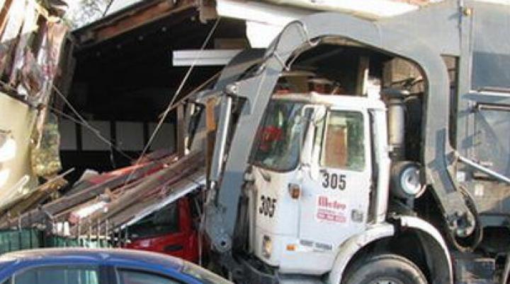 DEZASTRU pe traseul Cahul–Giurgiuleşti: Un camion a distrus un şopron şi s-a oprit în casa unui sătean