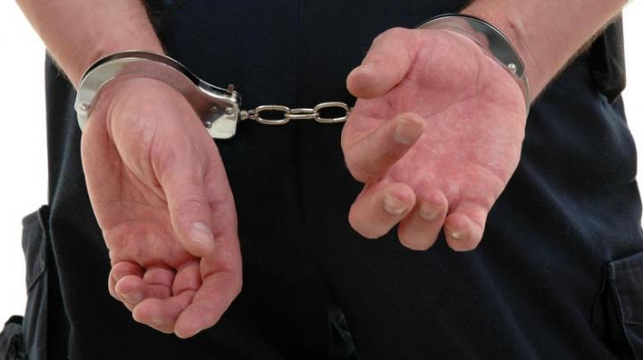 (VIDEO) Poliţia a anihilat o grupare de traficanţi de droguri. Bărbaţii riscă ani grei de închisoare