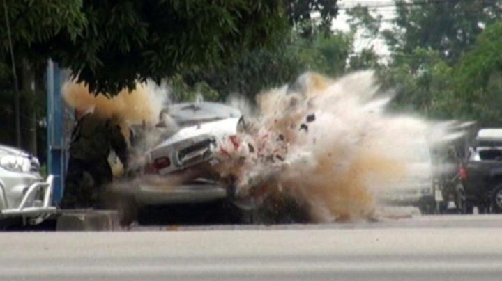 Tragedie la Lugansk! Un proiectil a nimerit într-o maşină care se deplasa pe şosea (VIDEO)
