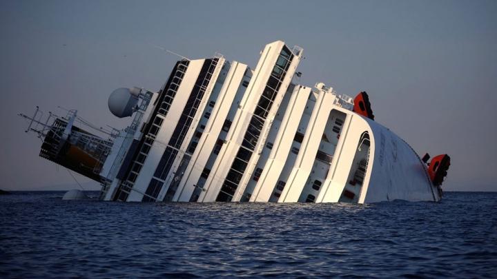 Cum arată Costa Concordia la interior după doi ani de la naufragiu. Operaţiunea de tractare a navei e în toi (GALERIE FOTO)