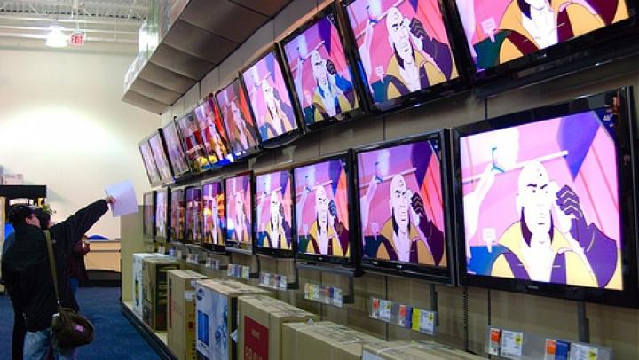 LG a făcut un ecran OLED transparent şi unul pe care îl rulezi ca pe o coală de hârtie (FOTO)