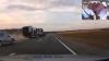 URMĂRIRE CU ÎMPUŞCĂTURI! Şoferul unui camion nu opreşte, iar poliţiştii aruncă cu pietre spre el (VIDEO)