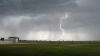 Sperietură soră cu moartea! O femeie a filmat momentul în care un fulger loveşte pământul (VIDEO)