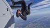 LA UN PAS DE MOARTE! Un militar a rămas agăţat de avion la 1.000 de metri înălţime (VIDEO)