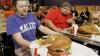 Concurs la mâncat hamburgheri. Ce premiu a luat învingătorul