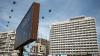 """""""Ruşinea"""" din centrul capitalei. Clădirea fostului hotel Naţional e adăpost pentru oameni străzii şi loc pentru aruncat deşeuri"""