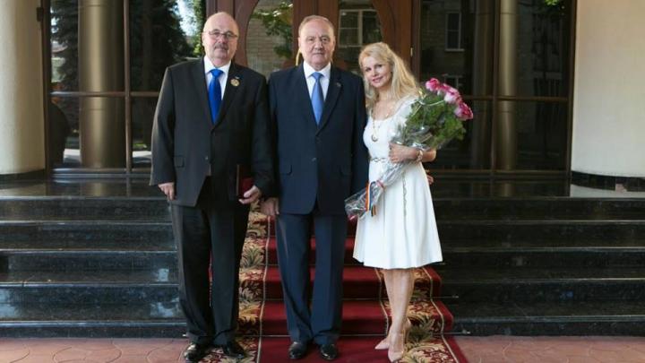 Distincţii de Ziua Independenţei. Nicolae Timofti a decorat o interpretă celebră şi un prieten al Moldovei