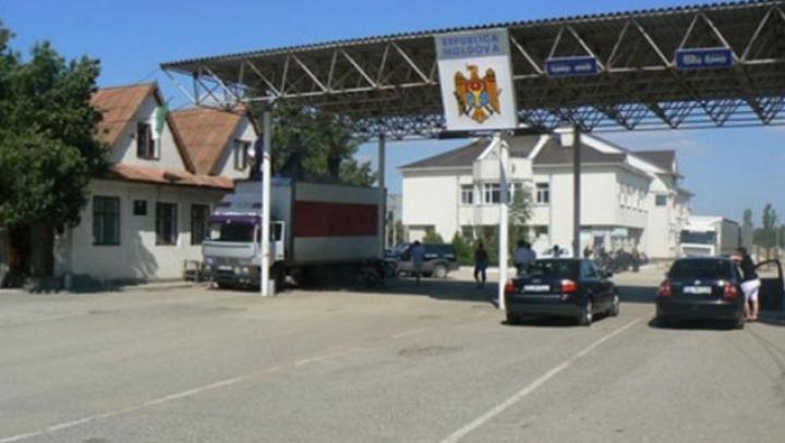 Un automobil, oprit la postul vamal Palanca. Ce aduceau doi moldoveni de la Piața km 7 din Odesa (FOTO)