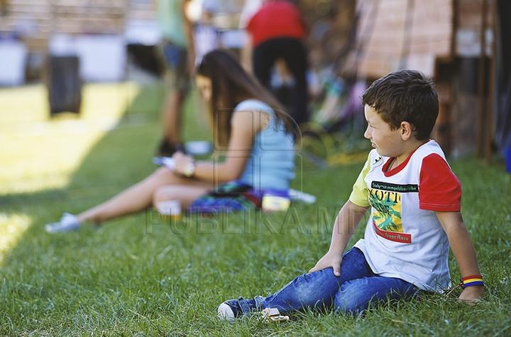 FOTO REPORT: Distracţia pe cinste e în toi la Festivalul organizat de Publika! Oaspeţii îşi bucură inimile cu muzică bună şi bucate alese