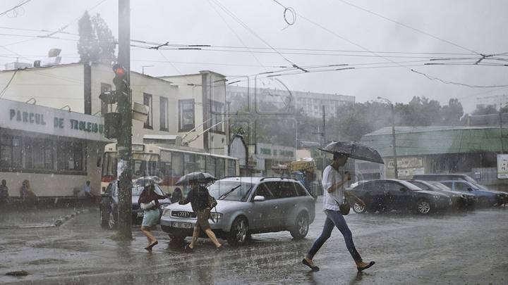 AVERTISMENTUL meteorologilor: În unele regiuni ale ţării vor cădea ploi puternice cu grindină