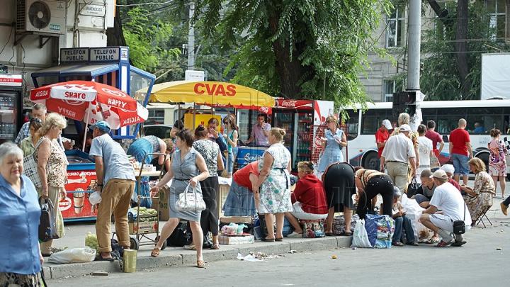 RĂZBOI comercianţilor stradali din Chişinău. Care sunt rezultatele unei razii organizate în jurul Pieţii Centrale