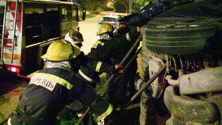 Salvatorii au trebuit să taie un automobil pentru a recupera şoferul. Cum s-au întâmplat toate (FOTO)