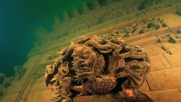 """Povestea """"Oraşului Leilor"""" scufundat în adâncul unui lac din China a ajuns Atlantida din Est pentru turişti (FOTO)"""
