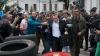 Un deputat ucrainean a fost aruncat de protestatari într-un tomberon plin cu gunoi (VIDEO)