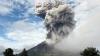 Erupţiile vulcanului din centrul Japoniei s-au intensificat. Sute de pompieri şi poliţişti sunt în căutarea turiştilor daţi dispăruţi