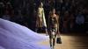 Podiumul de la Săptămâna Modei de la Milano s-a transformat într-un deşert de culoare violet (VIDEO)