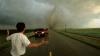 Acţiunea terifiantă a unei tornade a fost observată în timp real de o cameră de bord (VIDEO)