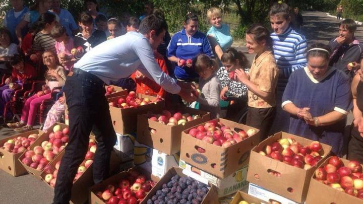 """Ministrul Economiei, Andrian Candu, a acceptat provocarea """"Fruit Challenge Moldova"""" (FOTO)"""
