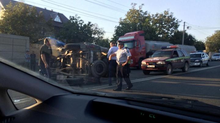 Accident rutier la Peresecina! O maşină s-a răsturnat pe carosabil (FOTO)