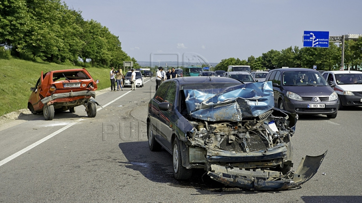ACCIDENT GRAV la Hânceşti! O maşină a fost aruncată spre un stâlp pe care l-a doborât
