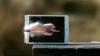 Testul care i-ar enerva pe fanii Apple. Noile tablete iPad au fost spulberate de gloanţele unui lunetist (VIDEO)