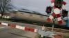 (VIDEO) Cea mai tare metodă de a-i stopa pe şoferii care nu opresc la calea ferată. Se poate aplica şi la noi?