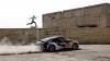 Curse cu obstacole şi cascadorii spectaculoase. Un atlet parkour se duelează cu un Nissan 370Z (VIDEO)