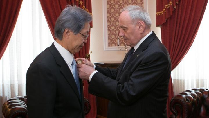 Președintele Nicolae Timofti i-a înmânat Ordinul de Onoare unui ambasador (FOTO)