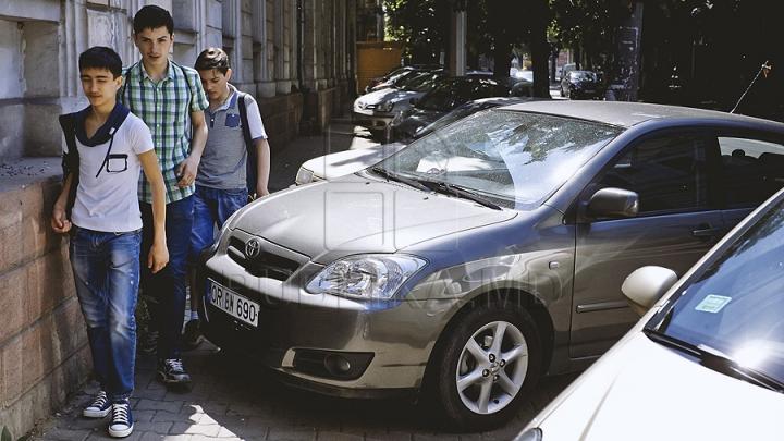 IMPORTANT pentru toți ȘOFERII. Cum vor putea parca mașinile pe trotuare și ce trebuie să știe toți pietonii