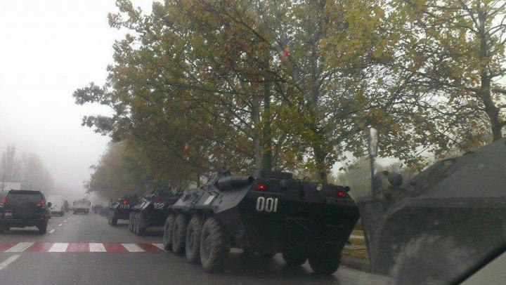 (FOTO) Fiori de frică: Blindate şi persoane înarmate pe strada Calea Ieşilor din capitală