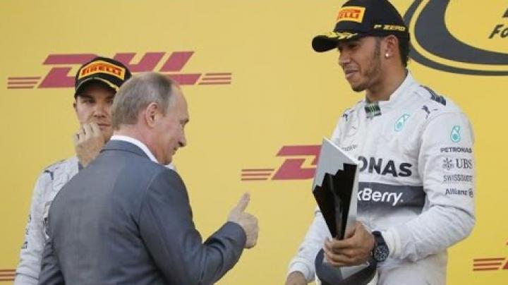 Vladimir Putin, ignorat de Lewis Hamilton la Soci. Pilotul de Formula 1 a evitat să dea mâna cu liderul de la Kremlin (VIDEO)