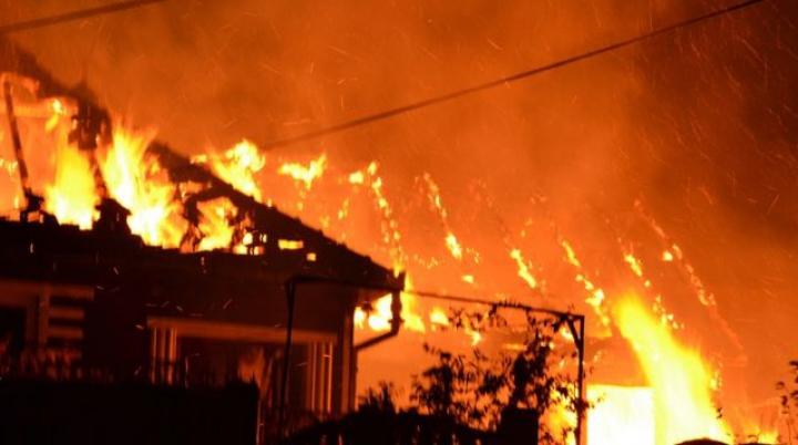 Pompierii în alertă! Un bătrân a murit în urma unui incendiu la Sângera