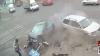 Scene incredibile surprinse în Rusia. Un pieton a fost la un pas de a fi lovit de două maşini (VIDEO)