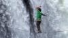 Imagini care îţi taie respiraţia! Doi cascadori au mers pe o sârmă deasupra cascadei Victoria (VIDEO)